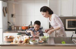 Khuyến khích trẻ cùng vào bếp chuẩn bị thức ăn