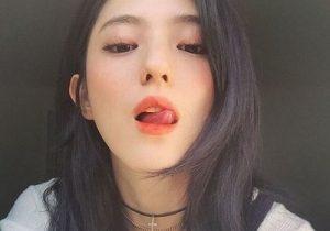 """5.Liếm hoặc cắn môi cũng là một dấu hiệu """"Nứng"""""""
