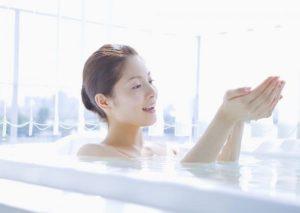 Làm gì để làm không bị đau bụng kinh- Tắm nước ấm khi tới kỳ nguyệt san