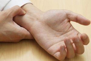 Cách thực hiện chống xuất tinh sớm bằng cách bấm cổ tay tại nhà