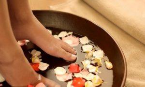 Ngâm chân với nước ấm, muối: