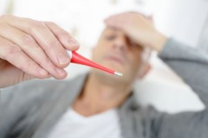 Bệnh nhân có thể có sốt do nhiễm khuẩn.